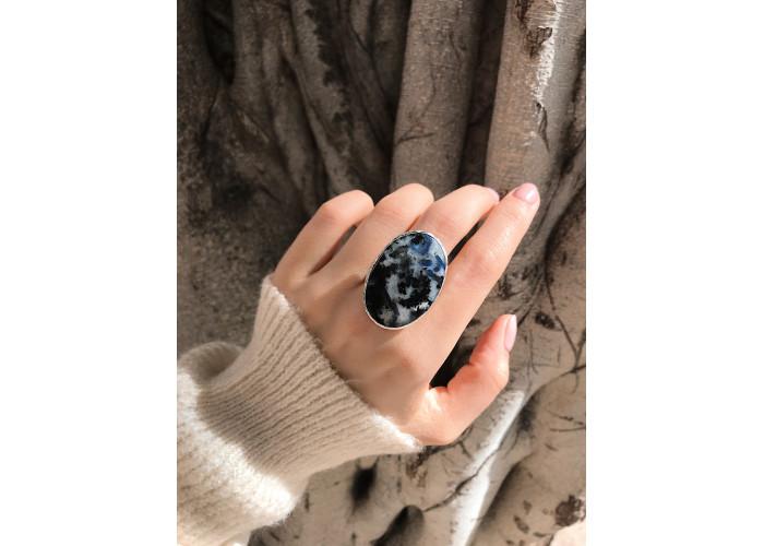 Кольцо с сапфиром в породе // серебро