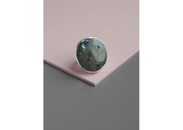 Кольцо с овальным лепидолитом // серебро