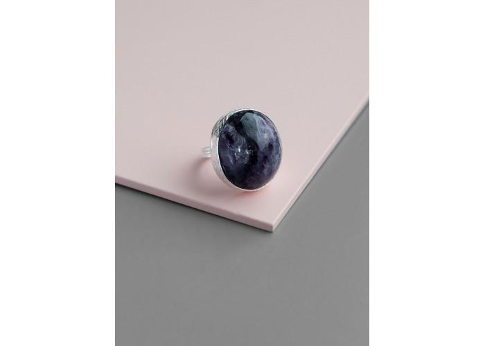 Кольцо с овальным чароитом // серебро