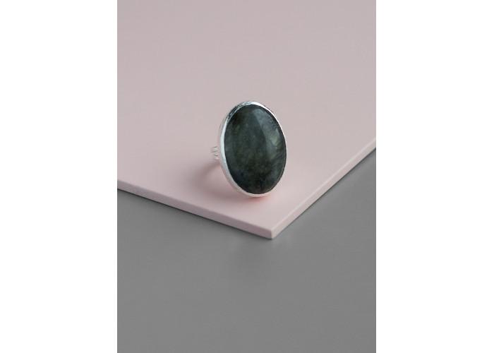 Кольцо с овальным лабрадоритом // серебро