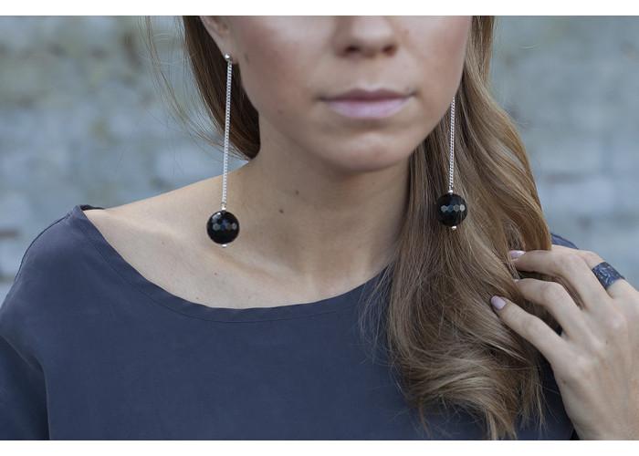Серёжки-цепочки с бусинами из чёрного гранёного оникса // серебро