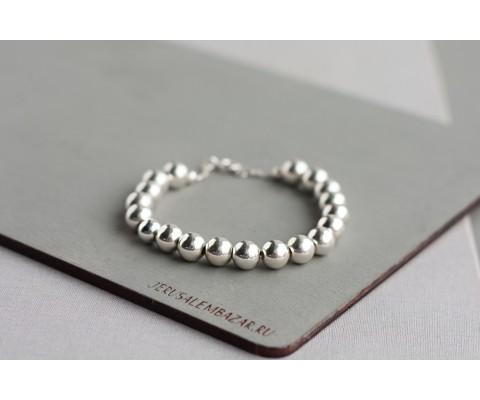 браслет со средними серебряными бусинами