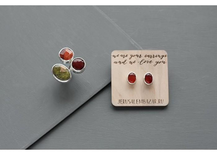 комплект: серёжки-пусеты с красным ониксом и кольцо с красным агатом, унакитом и огненным агатом // серебро