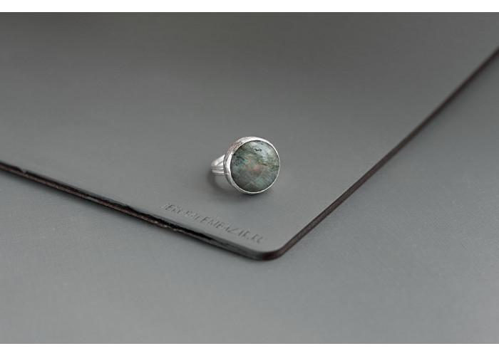 кольцо круглое с лабрадоритом // серебро
