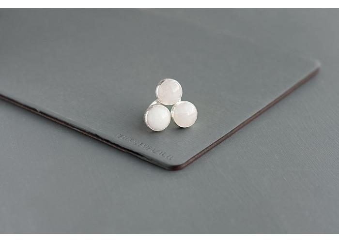 кольцо с круглыми белыми жадеитами // серебро