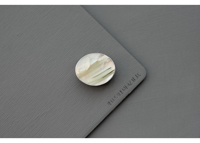 Брошь с кварцем с актинолитом // серебро