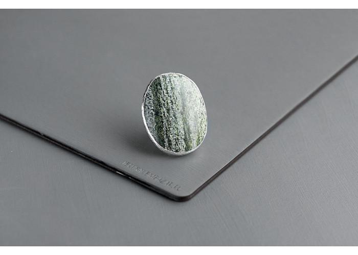 Кольцо овальное с хризотилом // серебро