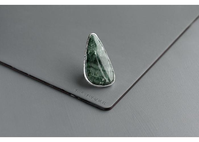 кольцо с треугольным серафинитом // серебро