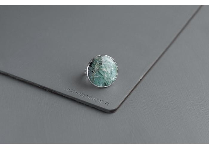 кольцо круглое с парагонитом // серебро