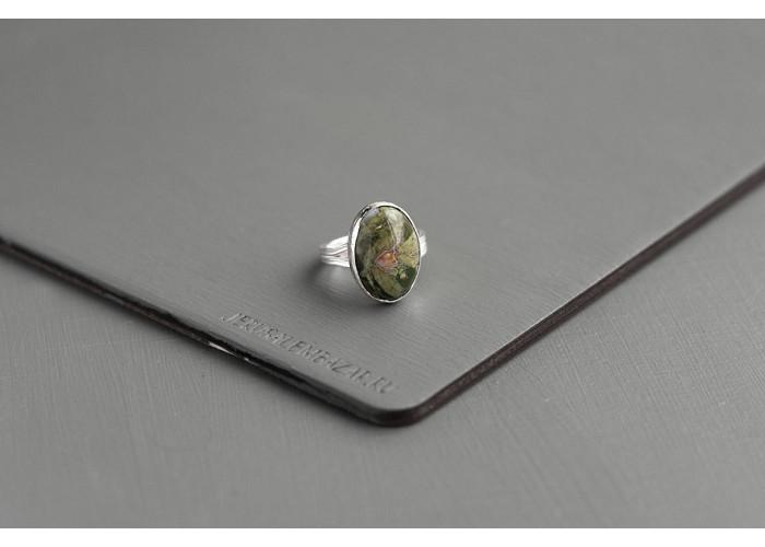 кольцо овальное с риолитом // серебро