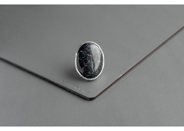 кольцо овальное с синим сефтонитом // серебро
