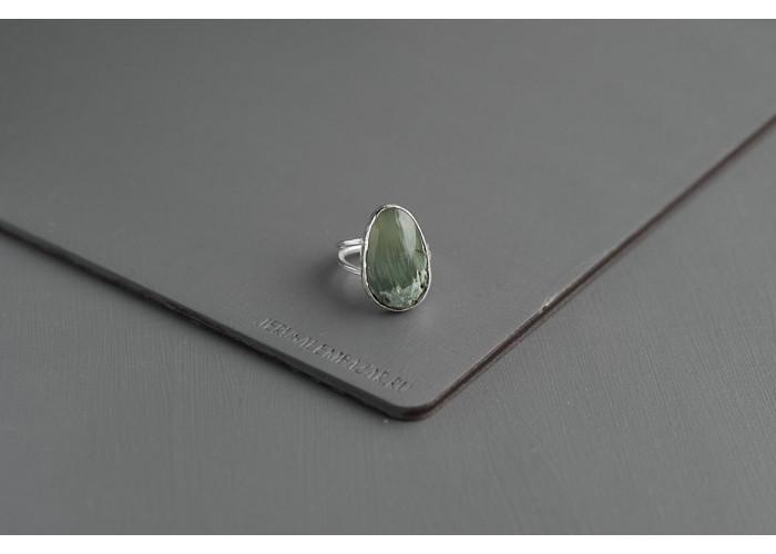 кольцо с кварцем и актинолитом // серебро