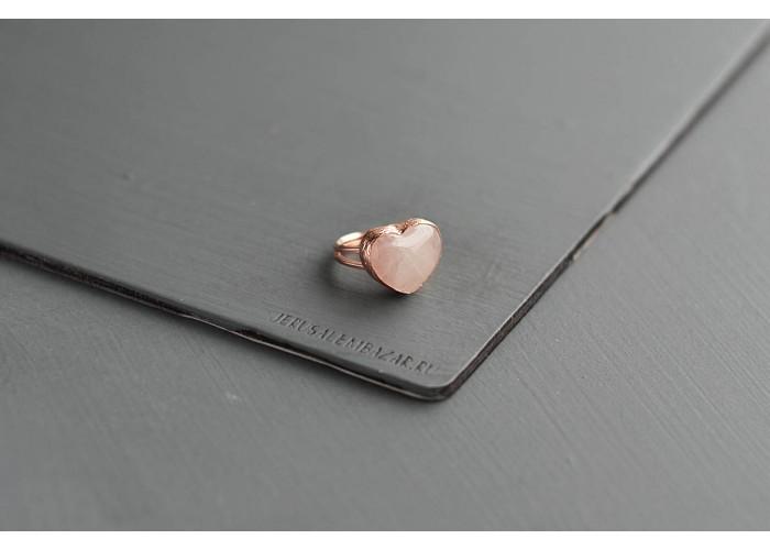 кольцо с сердечком из розового кварца // розовая позолота