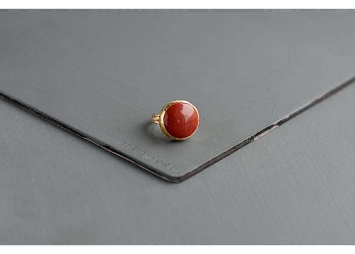 кольцо круглое с красной яшмой // позолота
