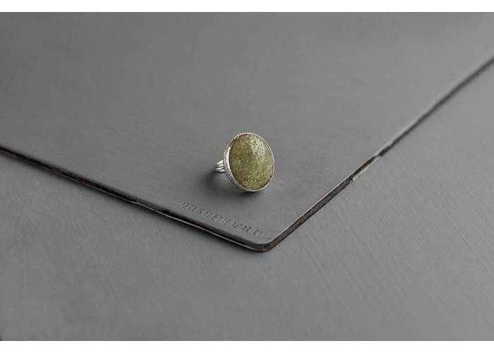 кольцо овальное с ковдорским апатитом // серебро