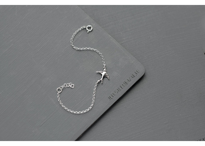 браслет на цепочке с ласточкой // серебро