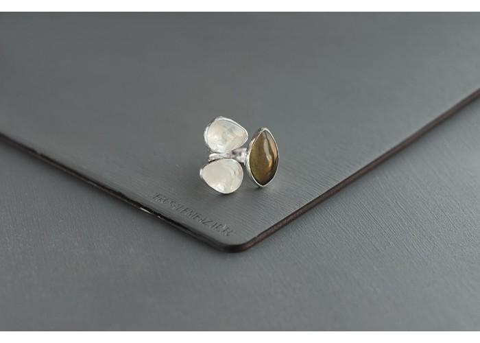 кольцо с листиком лабрадорита и горным хрусталём // серебро