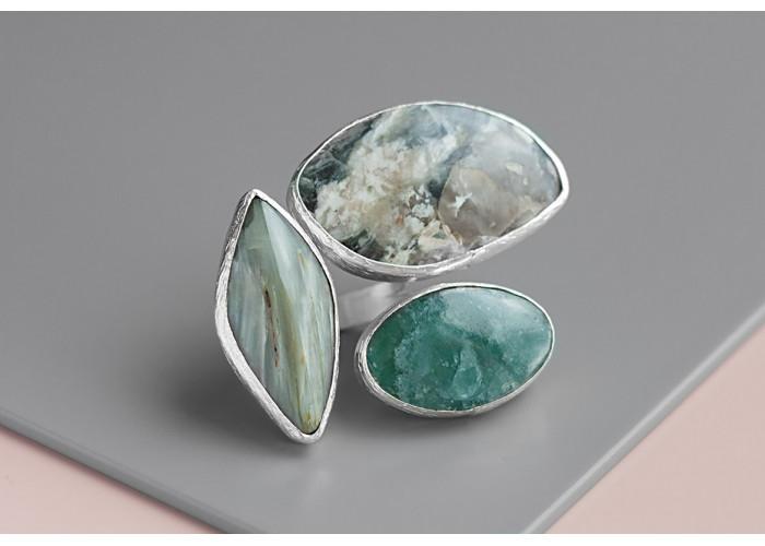 Кольцо с кварцем с актинолитом, мусковитом и апатитом // серебро