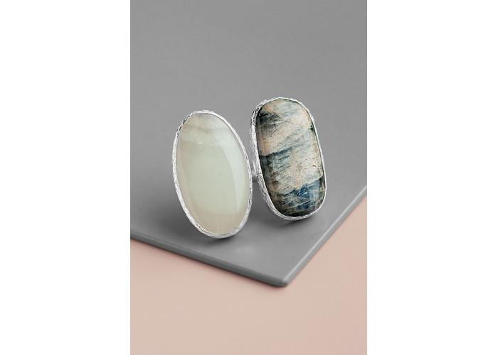 Кольцо с овальным ониксом и лунным камнем // серебро