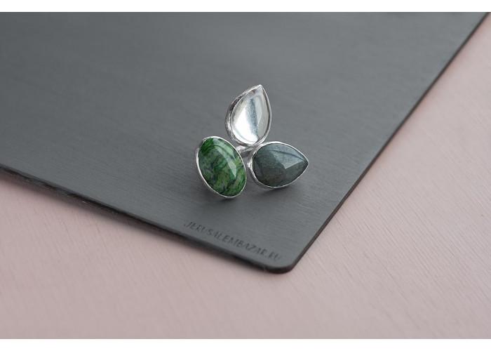 кольцо с зелёной яшмой, горным хрусталём и лабрадоритом // серебро