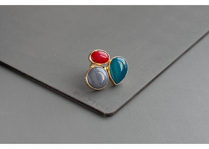 кольцо с синим агатом, дымчатым кварцем и красным жадеитом // позолота