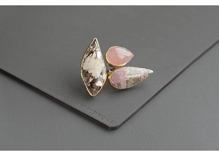 кольцо с мусковитом, розовым кварцем и пьемонтитом // позолота
