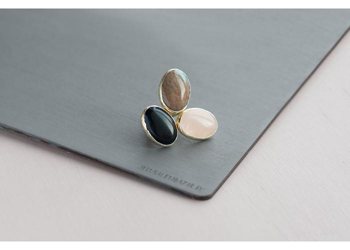 Кольцо с чёрным агатом, розовым кварцем и яшмой // позолота