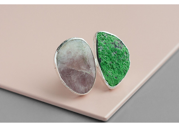 Кольцо с друзой уваровита и флюоритом // серебро