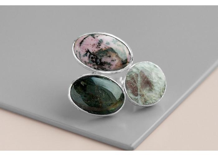 Кольцо с лунным камнем, лабрадоритом и родонитом // серебро