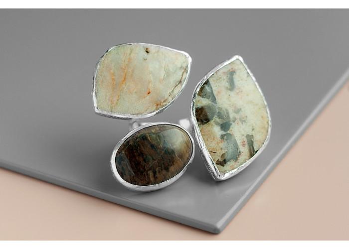 Кольцо с пегматитовым лунным камнем, коричневой яшмой и лунным камнем // серебро