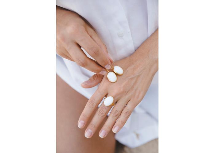 Кольцо овальное с белым агатом // позолота