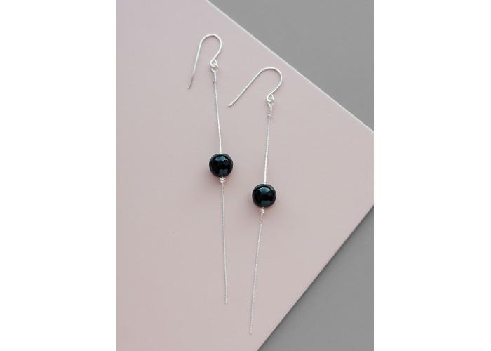 Серёжки-цепочки с бусиной из чёрного гранёного оникса // серебро