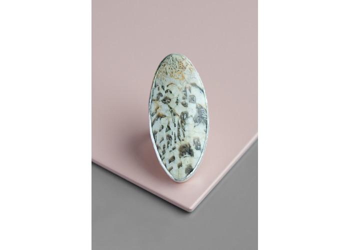 Кольцо овальное с пегматитом // серебро