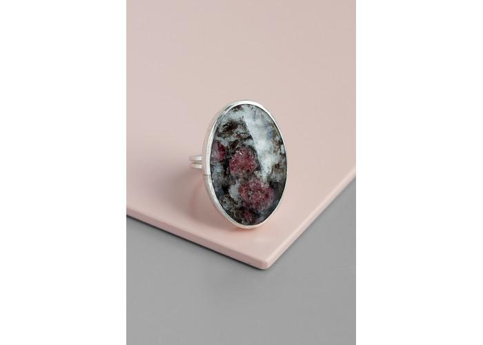 Кольцо с овальным эвдиалитом // серебро