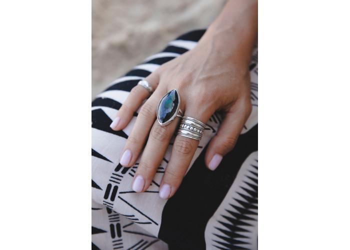 Кольцо с листиком малахита в породе // серебро