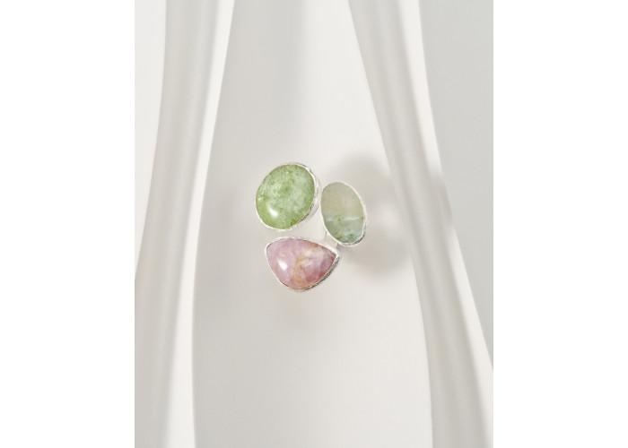 Кольцо с апатитом, турмалином и кварцем с актинолитом // серебро