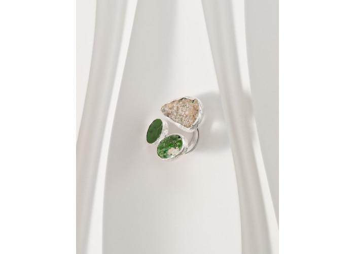 Кольцо с друзой граната, круглым нефритом и овальным хромдиопсидом // серебро