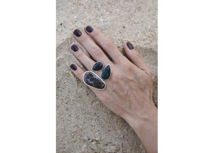 Кольцо с моховым агатом, каплями чёрного агата и офита // серебро