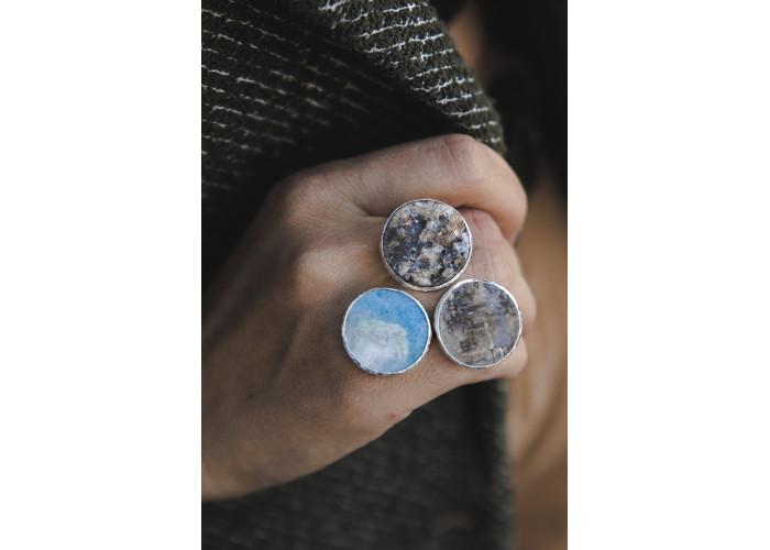 Кольцо с друзой халцедона, виоланом и лунным камнем // серебро