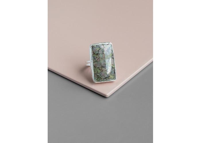 Кольцо с прямоугольным пьемонтитом // серебро