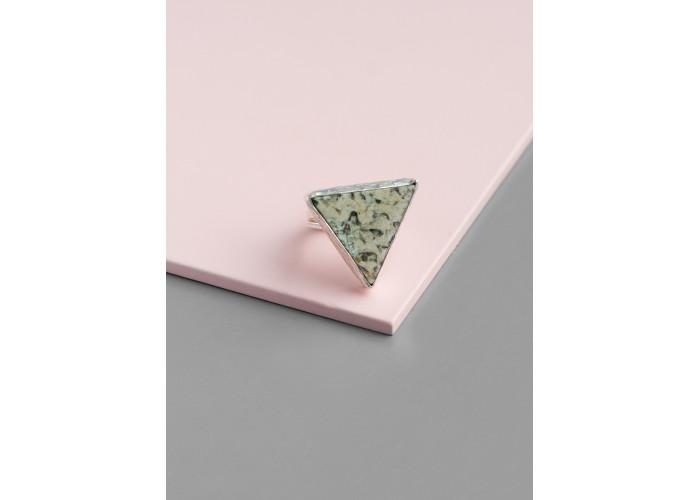 Кольцо с треугольным пегматитом // серебро