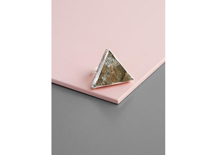 Кольцо с треугольным халцедоном // серебро